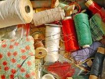 Bobines multicolores de fils pour le plan rapproché pris par couture Photos stock