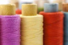 Bobines ou bobines des fils de couture multicolores Fils de tout le c Image stock