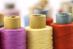Bobines ou bobines des fils de couture multicolores Fils de tout le c Photographie stock libre de droits