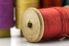 Bobines ou bobines des fils de couture multicolores Fils de tout le c Photo libre de droits