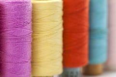 Bobines ou bobines des fils de couture multicolores Fils de tout le c Photographie stock