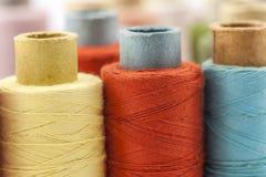 Bobines ou bobines des fils de couture multicolores Fils de tout le c Images libres de droits