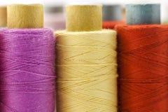 Bobines ou bobines des fils de couture multicolores Fils de tout le c Photo stock