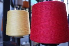 Bobines ou bobines des fils de couture multicolores Fils de toutes les couleurs Images libres de droits