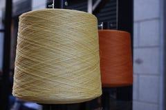 Bobines ou bobines des fils de couture multicolores Fils de toutes les couleurs Photographie stock libre de droits