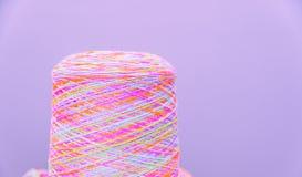 Bobines ou bobines des fils de couture multicolores Fils de toutes les couleurs Photos libres de droits