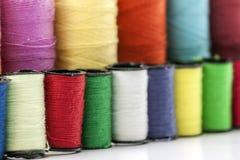Bobines ou bobines des fils de couture multicolores Fils de tout le c Image libre de droits