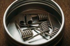 Bobines pour les atomiseurs d'égoutture de vape ou d'e-clope ou le RDA, accessoires pour vaping, macro tir Images stock