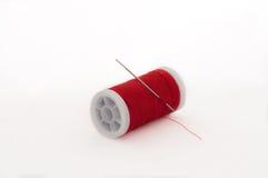 Bobines rouges de fil sur le fond blanc Photos libres de droits