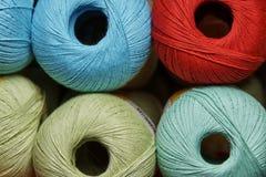 Bobines scellées de fil coloré sur une étagère dans une boutique Photo libre de droits
