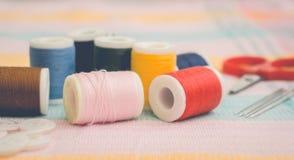 Bobines sur le tissu de coton Photographie stock libre de droits