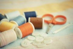 Bobines sur le tissu de coton Photos stock