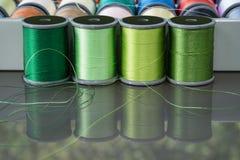 Bobines vertes de fil de broderie Photographie stock