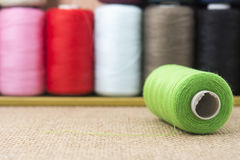 Bobines vertes de fil sur la toile à sac Photo stock