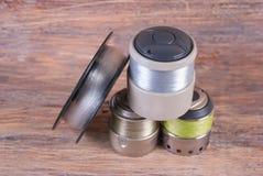Bobinez la blessure avec une ligne de pêche pour la bobine de rotation Fond en bois Image stock