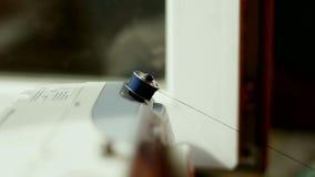 Bobinez la goupille du roulement de machine à coudre avec le fil banque de vidéos