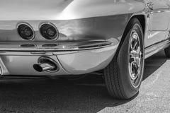 Bobinoir sur cône arrière droit de la voiture de sport argentée Photos libres de droits