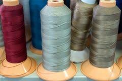 Bobiny z barwionymi niciami zdjęcia stock