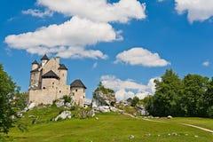 BOBOLICE near CZESTOCHOWA, POLEN, 20 Juli 2016: Bobolice riddares slott i Jura Cracow Czestochowa i Polen Royaltyfri Bild