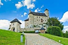 BOBOLICE near CZESTOCHOWA, POLEN, 20 Juli 2016: Bobolice riddares slott i Jura Cracow Czestochowa i Polen Arkivfoton