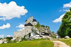 BOBOLICE near CZESTOCHOWA, POLEN, 20 Juli 2016: Bobolice riddares slott i Jura Cracow Czestochowa i Polen Royaltyfri Foto