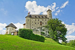 BOBOLICE near CZESTOCHOWA, POLEN, 20 Juli 2016: Bobolice riddares slott i Jura Cracow Czestochowa i Polen Fotografering för Bildbyråer
