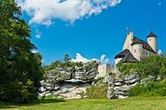 BOBOLICE near CZESTOCHOWA, POLEN, 20 Juli 2016: Bobolice riddares slott i Jura Cracow Czestochowa i Polen Royaltyfria Bilder