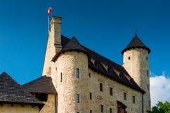 Bobolice Polen - Augusti 13, 2017: härlig Bobolice slott mot den blåa himlen Arkivfoto