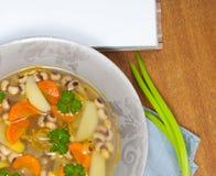 Bobowa polewka z marchewkami, grulami, pietruszką i cebulami, Obraz Royalty Free