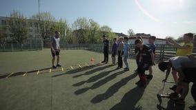 Bobruisk,白俄罗斯- 2019年6月15日:做准备在比赛前的年轻足球队员 做锻炼足球教练火车的孩子 股票视频