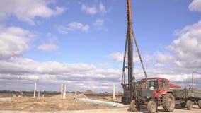 BOBRUISK,白俄罗斯- 2019年3月20日:堆为基础,拖拉机,大厦的水泥的柴油打桩机锤子 股票视频