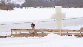 BOBRUISK,白俄罗斯- 2019年1月19日:女孩在孔沐浴在冬天为假日洗礼 影视素材