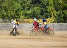 BOBRUISK,白俄罗斯- 2018年9月8日:Motoball,年轻人演奏在motoball的摩托车,竞争 免版税库存照片
