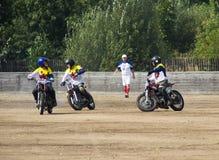 BOBRUISK,白俄罗斯- 2018年9月8日:Motoball,年轻人演奏在motoball的摩托车,竞争 免版税库存图片