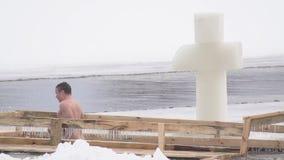 BOBRUISK, ΛΕΥΚΟΡΩΣΙΑ - 19 ΙΑΝΟΥΑΡΊΟΥ 2019: Τα άτομα και τα κορίτσια βαπτίσματος διακοπών λούζουν σε μια πάγος-τρύπα το χειμώνα, σ απόθεμα βίντεο