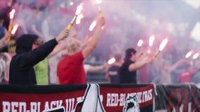 Bobruisk, Беларусь - АПРЕЛЬ 2018: Footbal вентиляторов сторонники ультра сгореть пирофакелы акции видеоматериалы