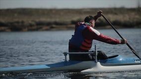 Bobruisk, Λευκορωσία - 11 Μαΐου 2019: Με ειδικές ανάγκες αθλητής που κωπηλατεί στον ποταμό σε ένα κανό Κωπηλασία, κωπηλασία σε κα απόθεμα βίντεο