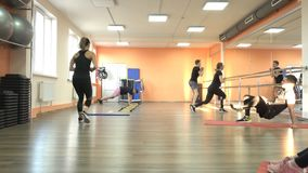 BOBRUISK, ΛΕΥΚΟΡΩΣΙΑ - 4 Απριλίου 2019: Τα καυκάσια άτομα και τα κορίτσια συμμετέχουν σε ένα σύγχρονο κέντρο ικανότητας, ένα μάθη απόθεμα βίντεο