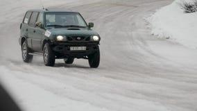 BOBRUISK, ΛΕΥΚΟΡΩΣΙΑ 2 ΦΕΒΡΟΥΑΡΊΟΥ 2019: Αυτοκίνητο που συναγωνίζεται στη χιονισμένη διαδρομή ΧΕΙΜΕΡΙΝΟ ΤΑΝΓΚΟ φιλμ μικρού μήκους