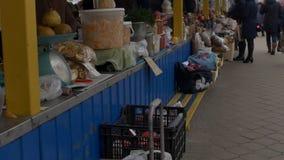BOBRUISK, БЕЛАРУСЬ - 22-ОЕ НОЯБРЯ 2018 - продовольственный рынок, люди идут и выбирают фрукты и овощи, медленный mo акции видеоматериалы