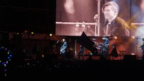 Bobruisk, Belarus - 6 juillet 2018 : le chanteur et le guitariste Egor Bortnik et le guitariste Alexandr Uman exécutent sur l'éta clips vidéos