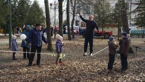 BOBRUISK, BELARUS 03 09 19 : Un homme marche habilement sur une corde raide en parc pendant les vacances de ressort Expositions d clips vidéos