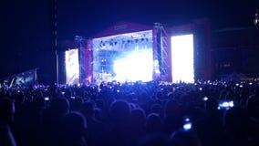 Bobruisk Białoruś, Lipiec, - 6, 2018: tłum ludzie zegarka na scenie podczas koncerta Bi-2 zespół przy B2 fest, wideo zbiory