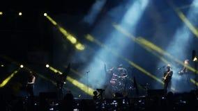 Bobruisk Białoruś, Lipiec, - 6, 2018: wokalista, gitarzysta Egor Bortnik i gitarzysta Alexandr Uman wykonujemy na scenie zdjęcie wideo