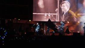 Bobruisk Białoruś, Lipiec, - 6, 2018: wokalista, gitarzysta Egor Bortnik i gitarzysta Alexandr Uman wykonujemy na scenie zbiory wideo