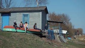 Bobruisk, Białoruś - 11 2019 Maj: Cztery chłopiec dziecka obsiadanie na łodzi na wioślarstwo bazie Chłopiec tanczy nowożytnego ta zdjęcie wideo