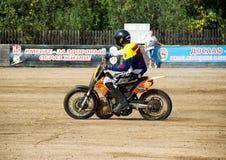 BOBRUISK BIAŁORUŚ, Wrzesień, - 8, 2018: Motoball, młodzi faceci bawić się motocykle w motoball, rywalizacje zdjęcia royalty free