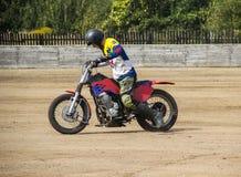 BOBRUISK BIAŁORUŚ, Wrzesień, - 8, 2018: Motoball, młodzi faceci bawić się motocykle w motoball, rywalizacje obraz royalty free