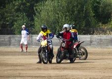 BOBRUISK BIAŁORUŚ, Wrzesień, - 8, 2018: Motoball, młodzi faceci bawić się motocykle w motoball, rywalizacje obraz stock