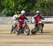 BOBRUISK BIAŁORUŚ, Wrzesień, - 8, 2018: Motoball, młodzi faceci bawić się motocykle w motoball, rywalizacje zdjęcie royalty free